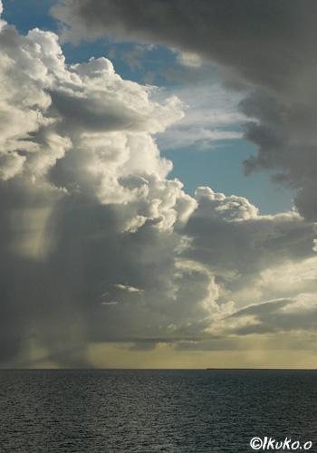 入道雲と雨のカーテン