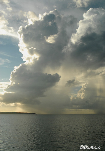 海上を進む入道雲