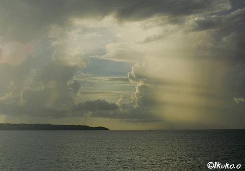 雲の隙間から差し込む光
