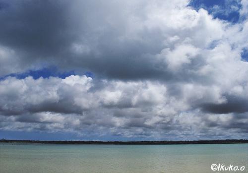 海に落ちそうな低い雲