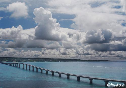 来間大橋に押し寄せる雲