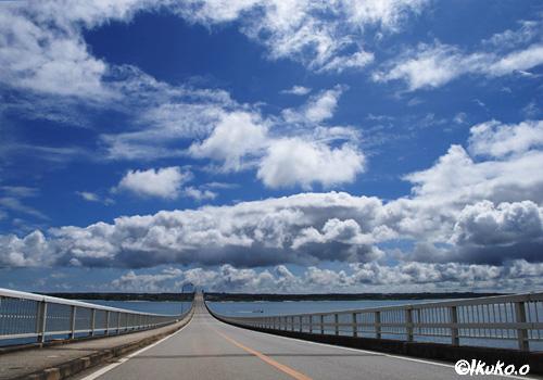 来間大橋を横切る雲