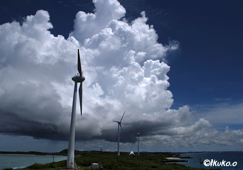 風車と巨大な入道雲