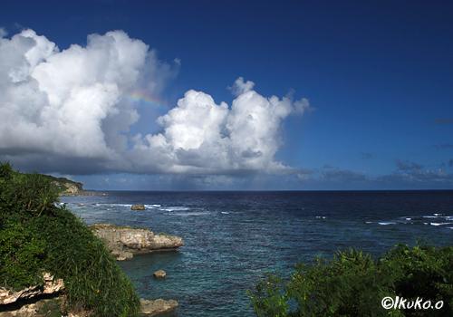 海へ進む入道雲