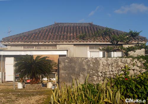 赤瓦屋根の古民家