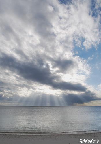 雲と降り注ぐ光
