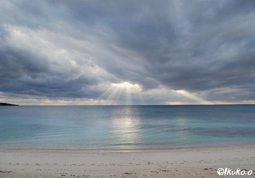 雲間から降り注ぐ光