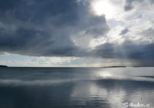 海に触れそうな積乱雲