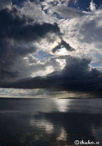 海に映る雲