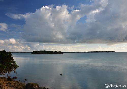 海の上を横切る雲