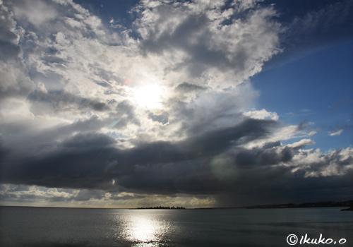 積乱雲からのぞく太陽