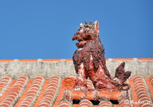赤瓦屋根の上のシーサー