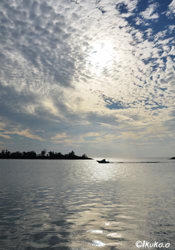 うろこ雲と漁船