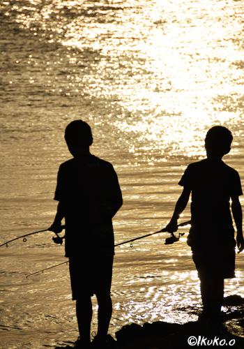 釣りをする少年たち
