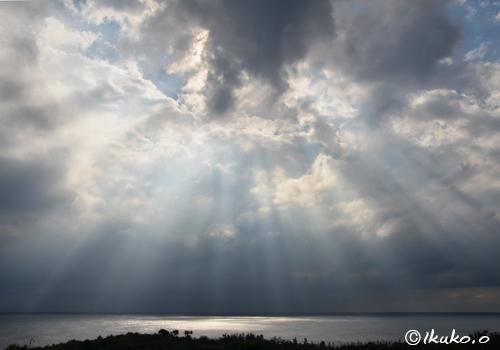 天上から降り注ぐ光