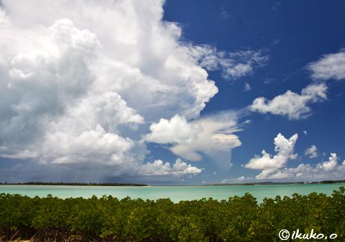 海の上の入道雲