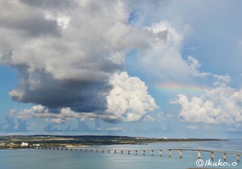 海上の入道雲と虹