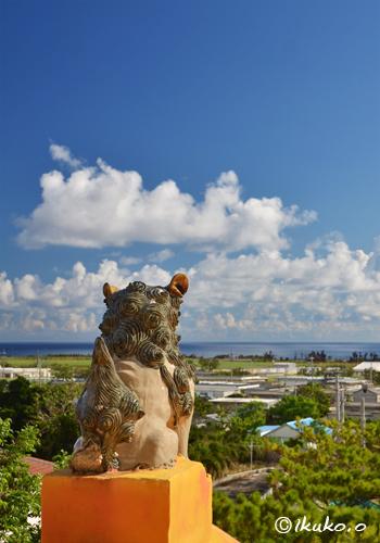 島を見守るシーサー