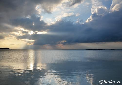 海面に移る光と雲