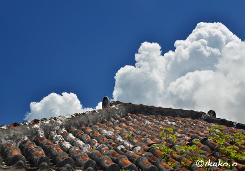 赤瓦屋根と入道雲