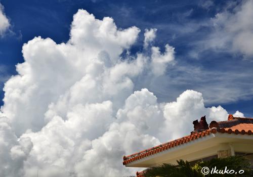 シーサーと巨大な入道雲