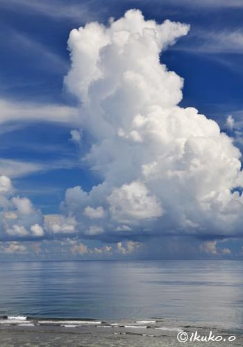 海に浮かぶ入道雲