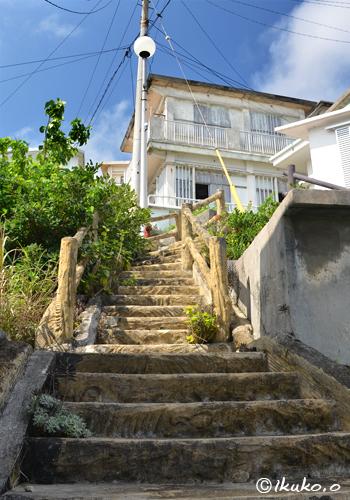 急な階段が続く路地