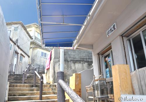 階段の途中にある商店