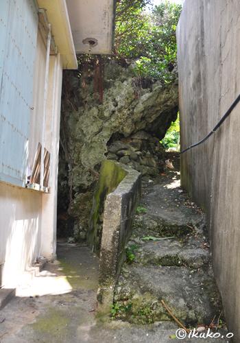 岩の隙間を通る路地