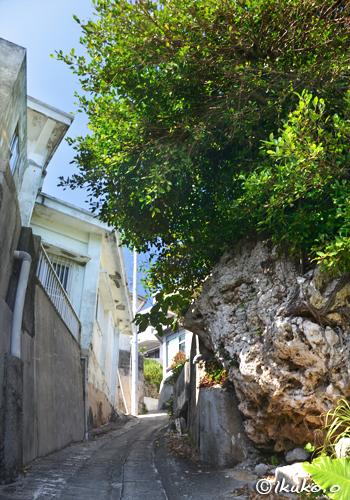 路地の横の岩