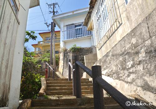 急な斜面に建つ家々