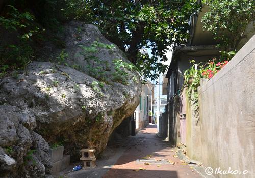 路地にはみでた岩