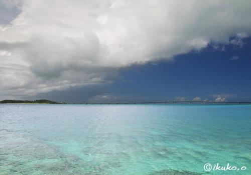 青い海を渡る雲