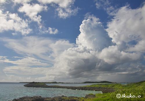 海上に浮かぶ入道雲
