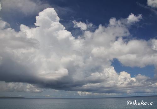 海を渡る入道雲