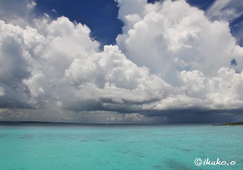 海上に浮かぶ巨大な入道雲