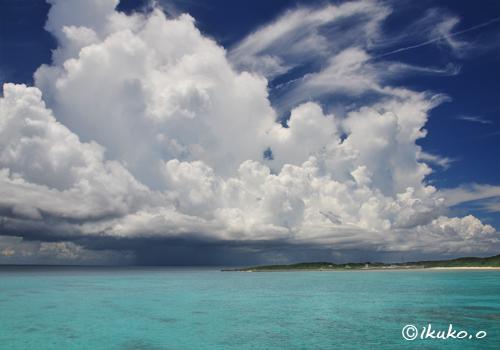 青い海に浮かぶ巨大な入道雲