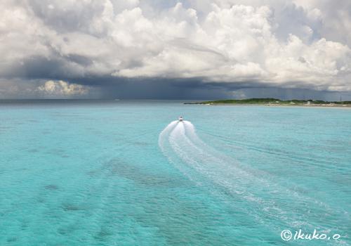 入道雲に迫るボート