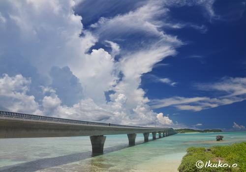 池間大橋とそびえ立つ入道雲