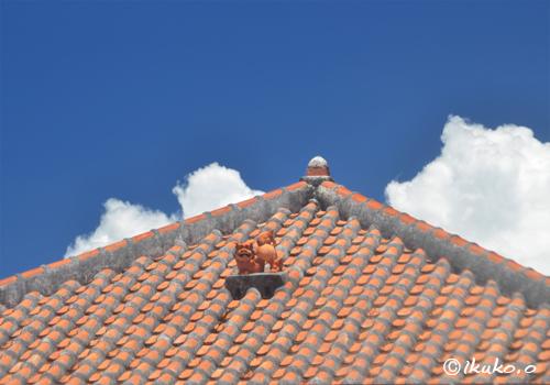 屋根の上のシーサーと入道雲
