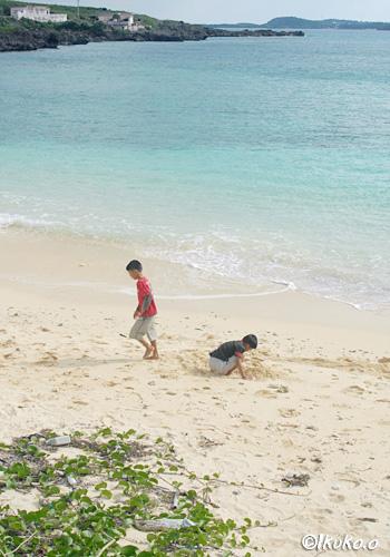 砂浜で遊ぶ子供
