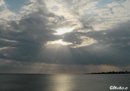 雲間から射す光