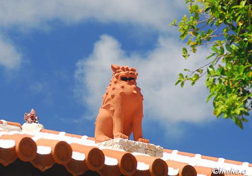 屋根の上の太ったシーサー