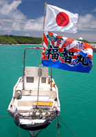 大漁旗をあげた漁船