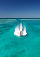 池間島の青い海とボート
