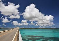 来間大橋と雲と海