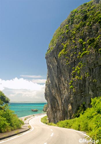 巨大な岩山と海