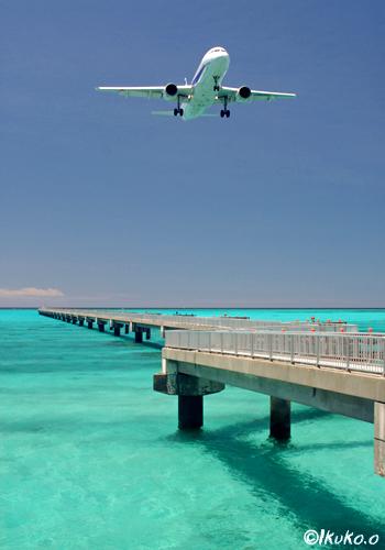 青い海と飛行機