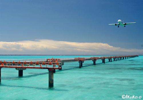 海から進入する飛行機