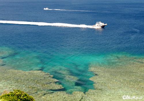 紺碧の海を疾走するボート